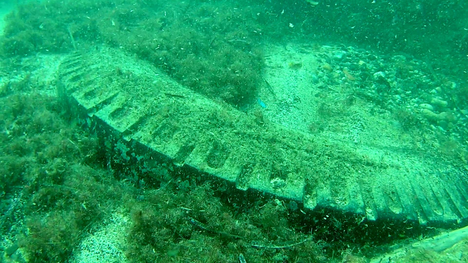 pneumatico in mare - tire in the sea - intotheblue.it